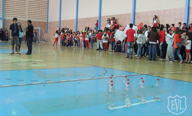Os estudantes de uma escola foram divididos